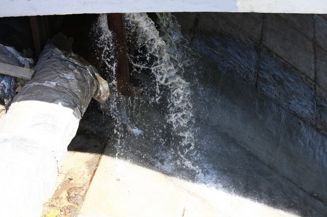 Граждане Выборгского района остались без горячей воды из-за прорыва трубы