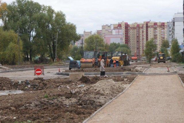 Наулице Строителей вЯрославле асфальтируют тротуары шириной три метра