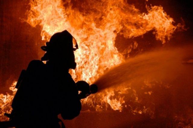 К моменту приезда пожарных здание было полностью охвачено огнем.