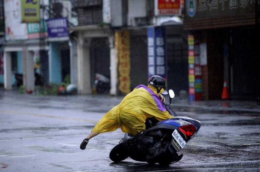 Тайфун обесточил дома жителей Тайваня, движение на автомобильных трассах и железных дорогах было прекращено из-за сильного ветра и дождей.