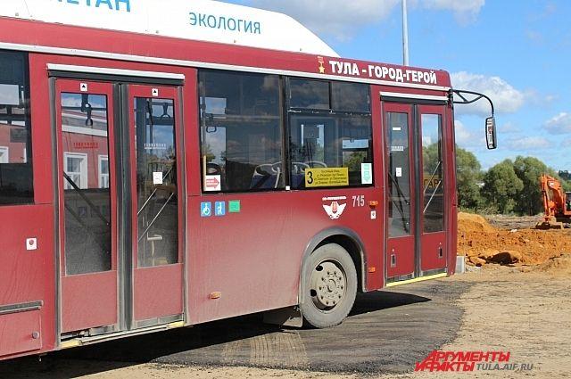 Пассажирский автобус протащил легковую машину наулице Белинского