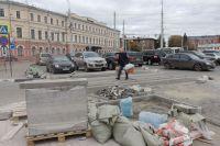 На Богоявленской площади уже вовсю идут работы по обустройству платных парковочных мест.