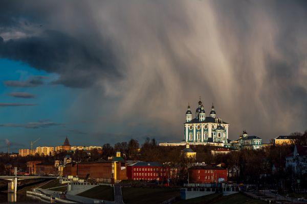Работа «Буря над городом» лауреата фотоконкурса Евгения Гаврилова.