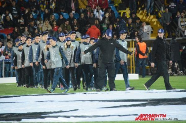 Предматчевая церемония с баннером Лиги чемпионов.
