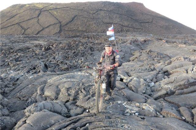 На велосипеде по кратеру действующего вулкана.