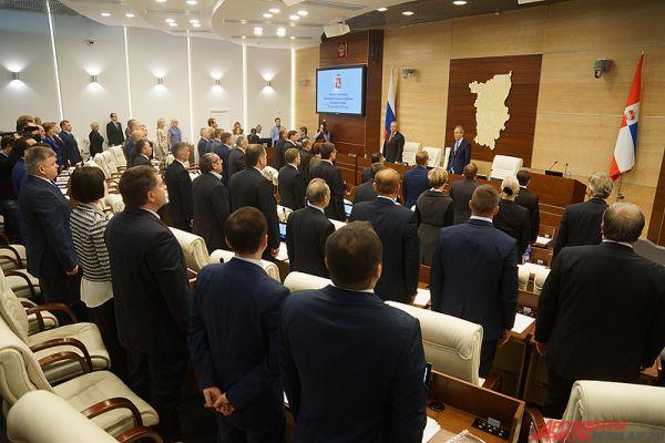 Первым делом в зале прозвучал Гимн Российской федерации.