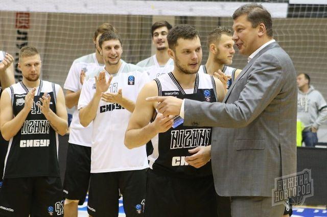 Ивант Стребков получает приз лучшего игрока кубка Нестерова.