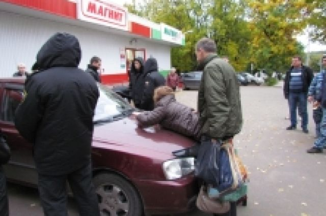 Жительница Владимира забаррикадировалась вмашине, чтобы неотдавать ееприставам