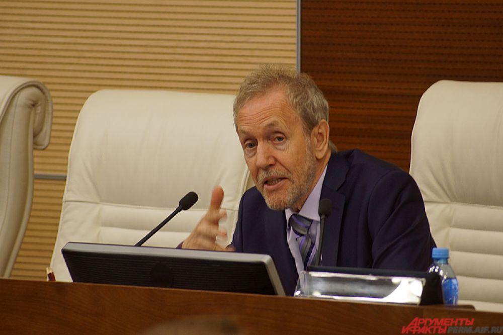 Знаменитый токарь и экс-депутат Госдумы Валерий Трапезников открыл первое заседание обновленного парламента края.
