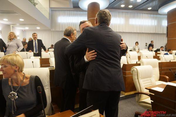 Перед началом заседания депутаты радостно приветствовали своих коллег.