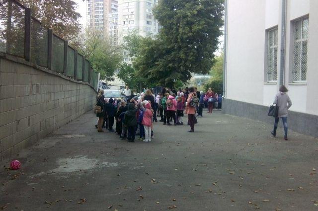 ЧПвКиеве: из-за пожара вшколе эвакуировали 600 детей