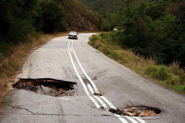 Ямы наукраинских дорогах— одни излучших вмире