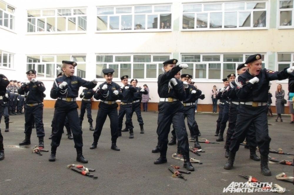 Новобранцы - курсанты 5 класса, показывают комплекс вольных упражнений и приемы рукопашного боя.