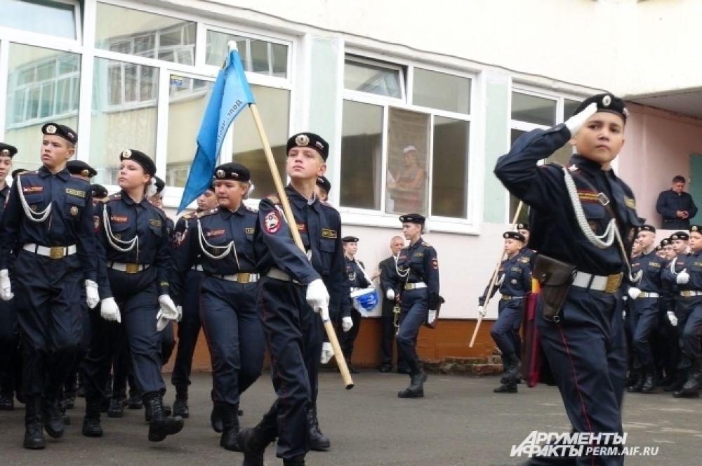 Торжественный марш курсантов школы ДПП.