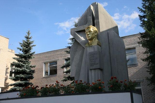Памятник дипломату в селе Багаряк.