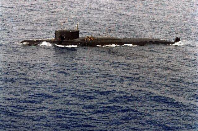 Повреждённая взрывом К-219 в море.