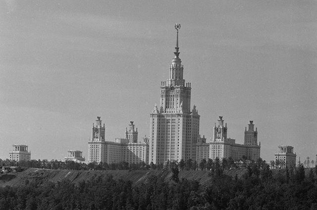 Здание Московского государственного университета имени М.В. Ломоносова на Воробьевых горах. 1954 год.