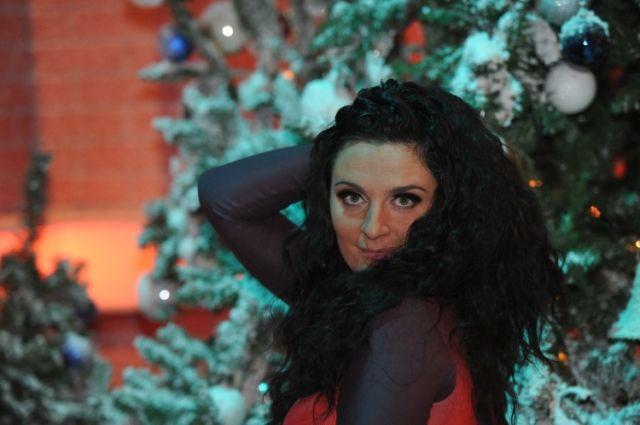 10:18 0 289  Певица Елена Ваенга выходит замуж в ПетербургеИзбранником исполнительницы стал музыкант из ее группы