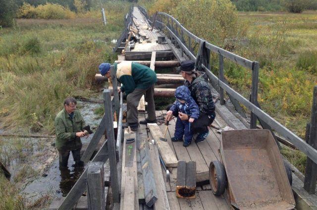Люди сами ремонтируют мост, от властей не дождаться.