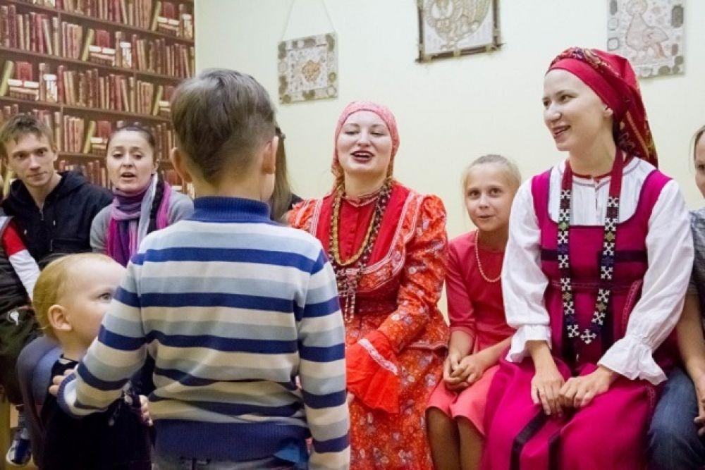 Русский народный костюм - это составная часть того, что позволяет не только окунуться в древнюю историю, но и передавать знания и традиции следующим поколениям.