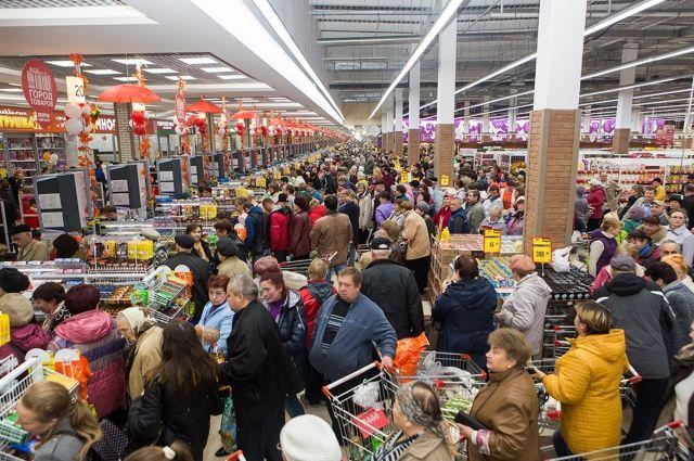 Покупатели любят торговый центр за большой выбор и низкие цены.