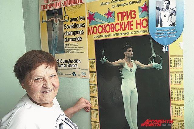 В её рабочем кабинете все стены украшены плакатами и фотографиями именитых гимнастов - её бывших подопечных.