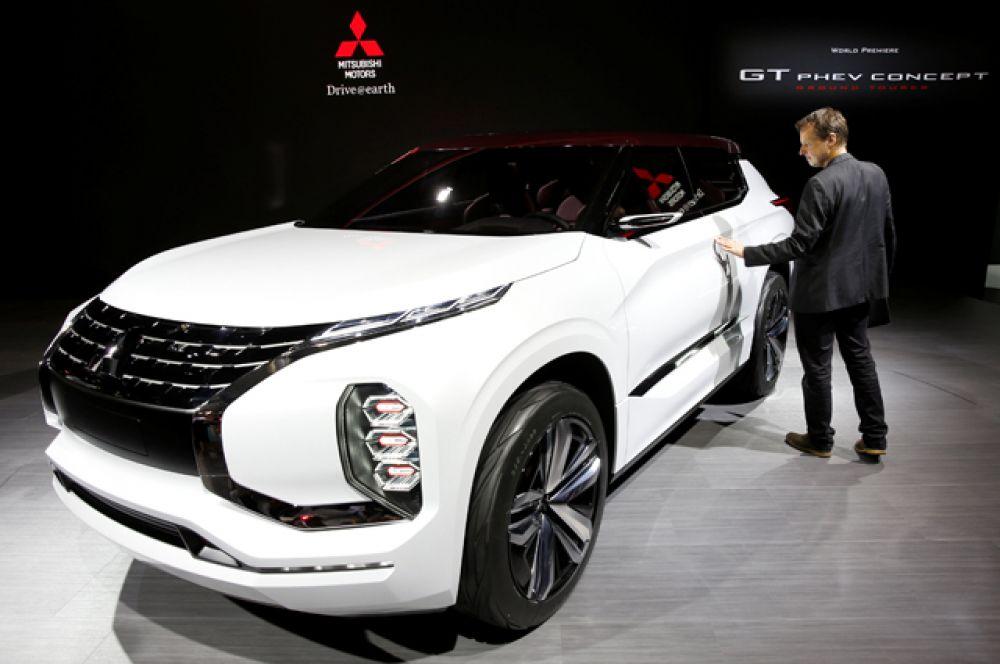 Mitsubishi смотрит в будущее через призму концепта GT-PHEV. У него три электромотора и 2,5-литровый мотор-генератор под капотом. Два задних мотора крутят каждый свое колесо.
