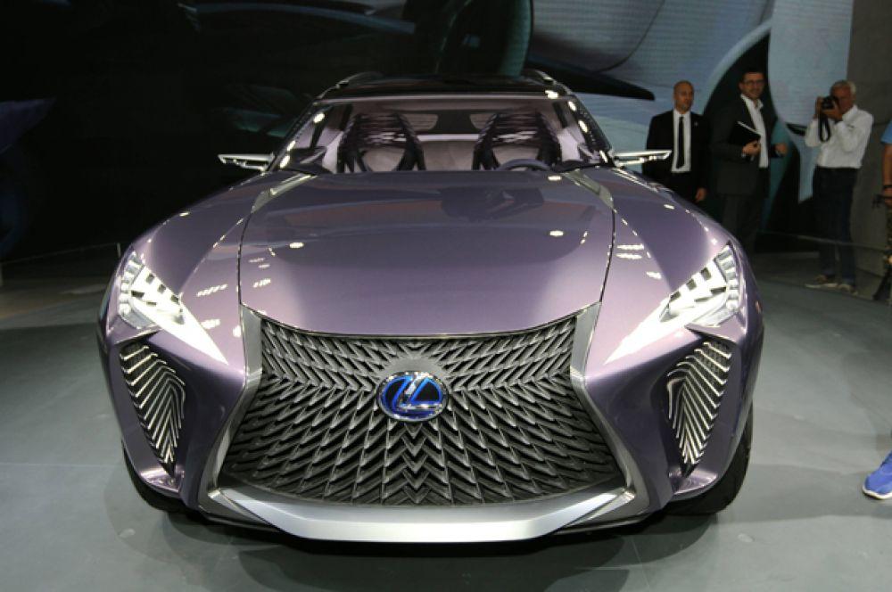 Lexus привез в Париж  концептуальный паркетник UX. Вскоре он переродится в серийную машину и займет место на ступеньку ниже паркетника NX.