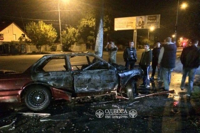 ВОдессе автомобиль БМВ врезался встолб и зажегся