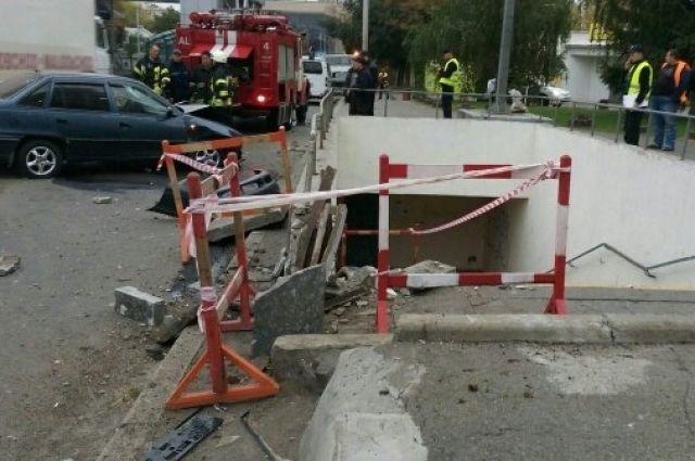 Вцентре столицы Украины шофёр снес подземный переход и убежал, бросив авто