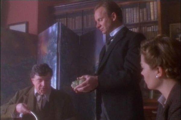 «Гротеск» (1995) — рассказывает историю о том, как в благополучной семье аристократа и палеонтолога сэра Хьюго появляется новый дворецкий (Стинг), который соблазняет жену, а затем и жениха дочери сэра Хьюго.