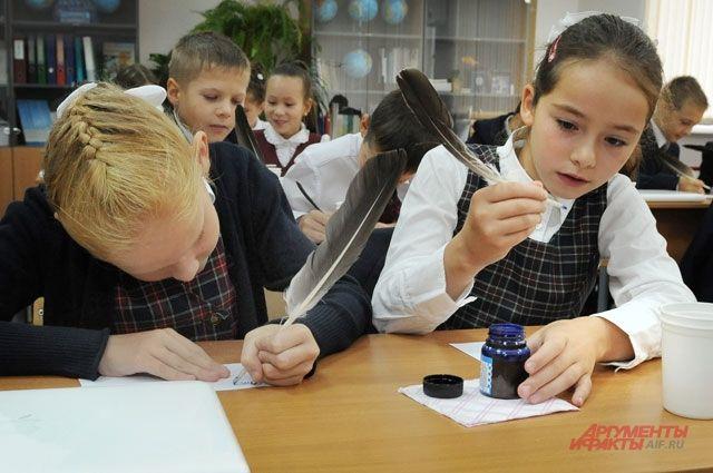 В школе Зеленоградска учитель заставил учеников стоять два урока подряд.