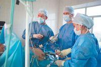Игорь Хатьков (в центре) во время «обычной» операции в Московском научном  клиническом центре.