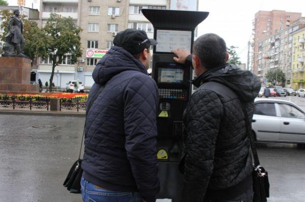 Возможно потому, что в первый имели место сбои в работе систем оплаты через паркоматы. Причина – банк-эквайер не справился с обработкой платежей, но недочёты сразу же были устранены.