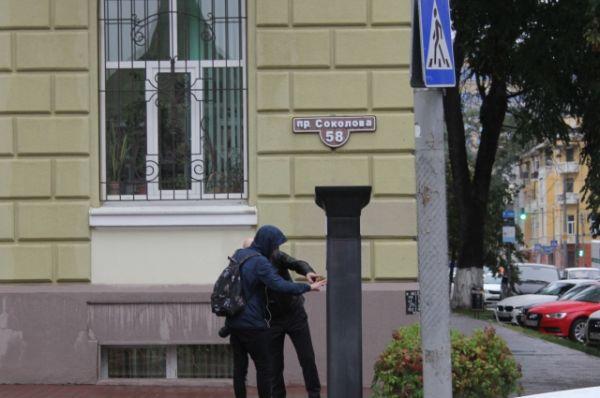 На платных парковках можно ставить автомобиль и бесплатно. На это имеют право резиденты – цитируем: «горожане, зарегистрированные по месту жительства в жилом помещении, расположенном в границах одного кадастрового квартала от места платной парковки».