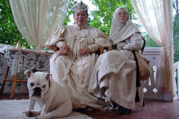 В сериале «Пелагия и белый бульдог» (2009) Усатова сыграла генеральшу Татищеву, хозяйку бульдогов.