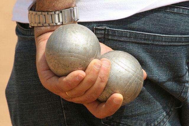 Покупатель в магазине Apple перебил почти все iPhone шаром для петанка