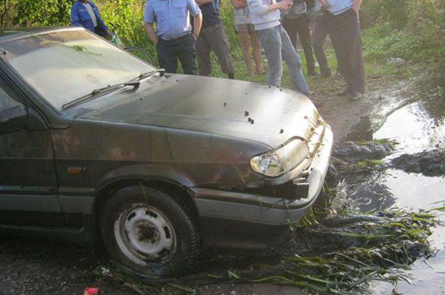 Водителя, автомобиль которого потонул вКадуйском районе, будут искать водолазы