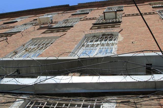 Трое заключенных убежали изабхазской тюрьмы через открытые двери