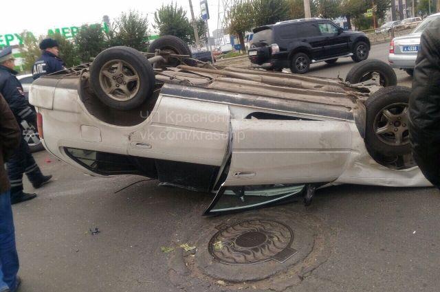 Иномарка перевернулась на крышу.