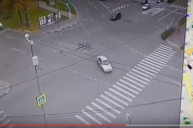 Навостоке столицы автомобиль вылетел натротуар— один умер, трое пострадали