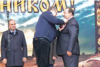 Губернатор Владимир Владимиров вручает Виктору Дубине награду.