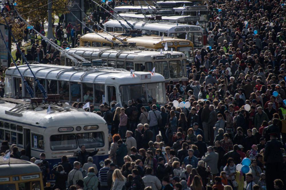 Посетители могли рассмотреть все троллейбусы поближе и посидеть в их салонах.