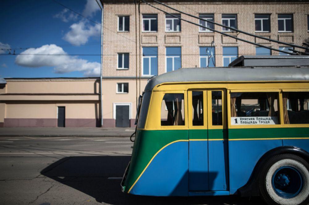 Например, ЯТБ-1 — один из первых советских троллейбусов, корпус которого был сделан из дерева. На улицах Москвы его можно было встретить до конца 1940-х годов.