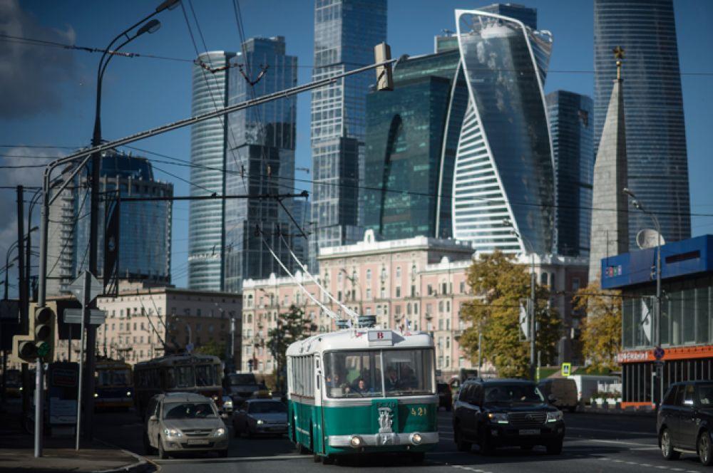 Праздник начался с пробега уникальных троллейбусов — они проехали от Дорогомилова до Фрунзенской набережной, где проходила выставка ретротехники.