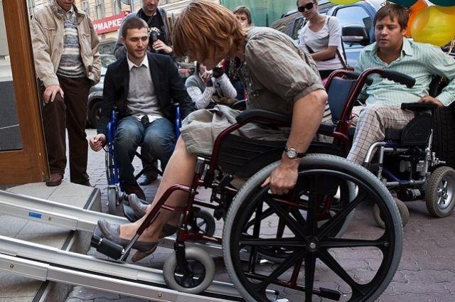 Отсутствие пандусам мешает мамам с колясками и инвалидам попасть в парк.