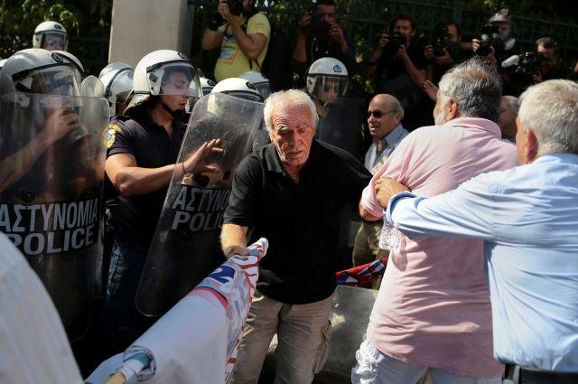 Афины: милиция применила слезоточивый газ против митингующих пожилых людей