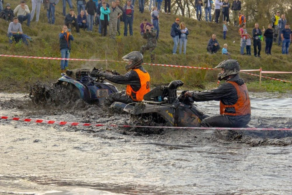 Трасса способствовала тому, чтобы перевернуть или потерять под водой своего «железного коня», гонщикам  было проще простого.