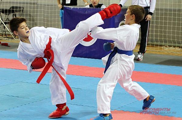 Спортсмены выступают в специальном защитном снаряжении.
