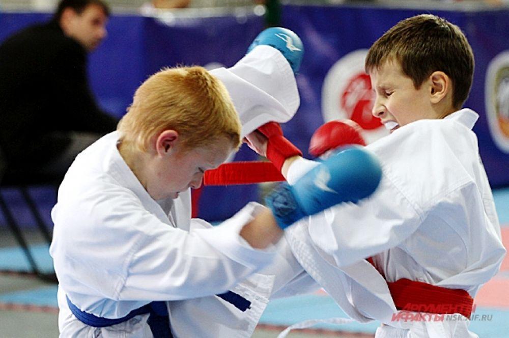 Юные спортсмены самоотверженно боролись.
